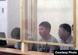 """Пятеро подсудимых перед оглашением приговора по делу о причастности полицейских к стрельбе по демонстрантам Жанаозена. Фото взято из аккаунта """"Твиттера"""" блогера Дины Байдилдаевой. Актау, 28 мая 2012 года."""