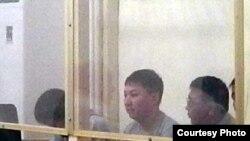 П'ятеро підсудних перед оголошенням вироку в справі про причетність до стрілянини по демонстрантах у Жанаозені 28 травня 2012 року. Фото Діни Байділдаєвої