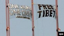 Многострадальный олимпийский огонь был встречен в Сан-Франциско акциями протеста. Протестующие забрались на опоры моста «Золотые ворота» с огромными плакатами