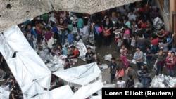 Нелегальные мигранты в центре временного содержания рядом с пограничной станцией Макаллен в Техасе
