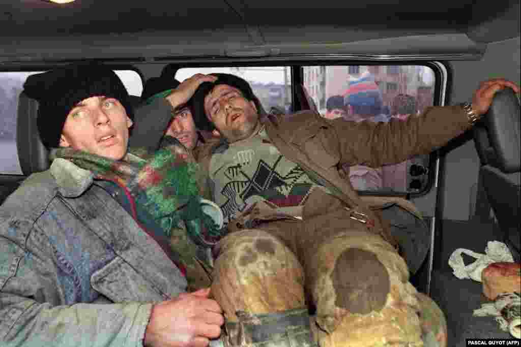 Місцеві жителі на своєму особистому автотранспорті вивозять поранених бійців у безпечні місця. Чеченські бійці одягнені абияк: кілька верств сорочок і светрів, не надто теплі куртки і плетені шапки. Зброю вони підбирали на вулицях міста і приєднувались до сил опору. 12 січня 1995 року