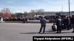 Митингчилер аянтка боз үй тигип жатат. Жалал-Абад, 6-март, 2013.