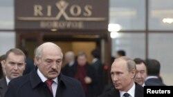 Александр Лукашенко и Владимир Путин во время встречи в Казахстане 16 октября