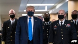 Президент Дональд Трамп 11 июль куни илк бор, ниқоб билан омма олдига чиқди, 11 июль, 2020, Мэриленд, АҚШ