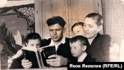 Семья Зауэров: Антон Александрович, Флорентина Михайловна и их дети Анна, Иван и Александр. 1960 г.