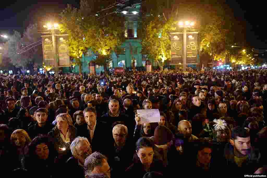 Армения тұрғындары Франция астанасында қайғылы қазаға ұшырағандардың құрметіне Еревандағы алаңға жиналып, шырақ жақты. 14 қараша 2015 жыл.