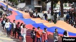 Լեռնային Ղարաբաղ -- Դպրոցականները մայիսի 9-ի եռատոնի ժամանակ կրում են Լեռնային Ղարաբաղի հսկայական դրոշը, Ստեփանակերտ, 9-ը մայիսի, 2016թ․