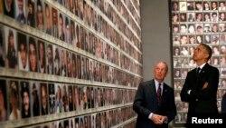 Президент США Барак Обама и бывший мэр Нью-Йорка Майкл Блумберг на открытии Национального музея памяти жертв теракта 11 сентября в Нью-Йорке осматривают фотографии погибших