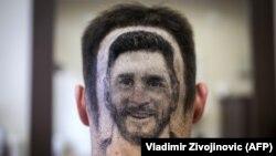 Imazh i Lionel Messit në kokën e një tifozi.