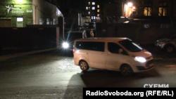 31 жовтня 2017 року. Від будівлі НАБУ у Києві відїжджають два мікроавтобуси
