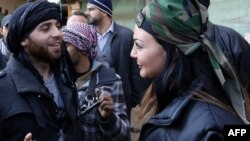 مسلّح مع إمرأة بزي عسكري بإحدى ضواحي دمشق خلال وقف لإطلاق النار - 17 شباط 2014