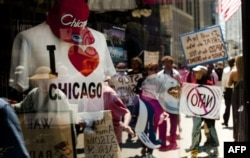 Эътирозгарон дар Чикаго бо худ шиорҳои қатъи ҷанг ва мубориза бо фақрро доштанд.