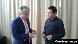 Министр культуры и спорта Арыстанбек Мухамедиулы (слева) и журналист Азаттыка Касым Аманжол. Алматы, 19 ноября 2016 года.
