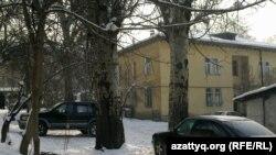 Во дворе одного из домов в центре Алматы. Иллюстративное фото.