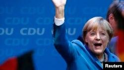 Գերմանիա - Էքզիթ փոլի արդյունքների հրապարակումից հետո Անգելա Մերկելը ողջունում է իր կողմնակիցներին, Բեռլին, 22-ը սեպտեմբերի, 2013թ․
