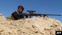 یکی از شبهنظامیان «نیروهای بسیج مردمی» عراق در این تصویر در اطراف شهر فلوجه دیده میشود