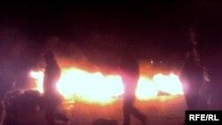 Nardaran sakinləri etiraz aksiyasında avtomobil şinini yandırıblar, 4 aprel 2009