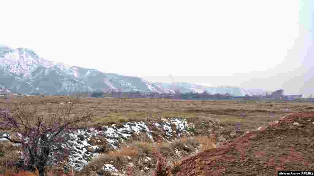 Көне қаланың солтүстік-шығысындағы қалпына келтірілген мұнарасынан Талхиз қаласының көрінісі. Алматы облысы, 8 қараша 2016 жыл.