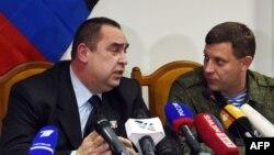 Олександр Захарченко (ліворуч) та Ігор Плотницький, тодішні ватажки угруповань «ДНР» і «ЛНР», які визнані в Україні терористичними. Окупований Донецьк, 2 лютого 2015 року