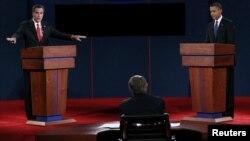 Биринчи теледебат кезде республикачыл талапкер Митт Ромни суроого жооп берип, президент Барак Обама угуп турган кез. Денвер, 3-октябрь 2012
