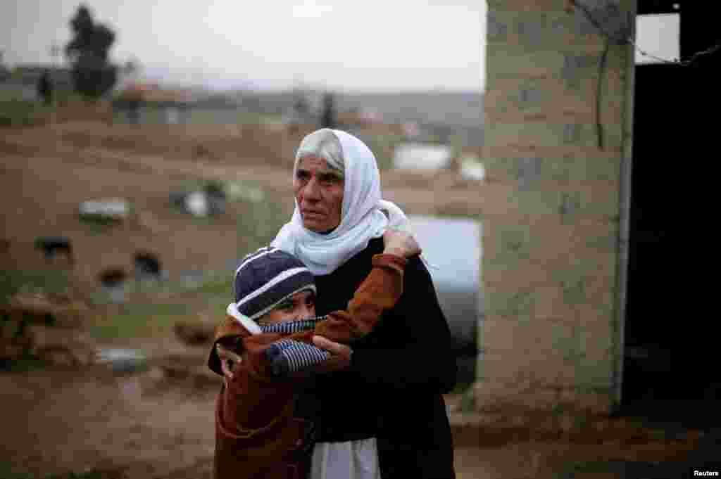 """Боевики так называемого """"Исламского государства"""" два года назад захватили родную деревню Аймана – Хардан. Мальчика похитили, а что стало с его родителями до сих пор неизвестно. На фото – Айман со своей бабушкой после возвращения домой"""