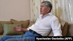 Gyrgyzystanyň kanun çykaryjylary ozalky prezident Almazbek Atambaýew. Arhiw suraty