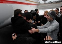 ტყვეობიდან გათავისუფლებულ ქართველ მეზღვაურებს ბათუმის აეროპორტში ოჯახის წევრები დახვდნენ