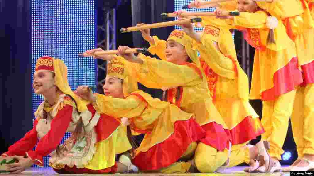 Балалар татар милли киемнәрдә чыгыш ясый
