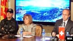 Влатко Стефановски, музичар, министерката за култура Елизабета Канческа-Милевска и амбасадорот на Швајцарија Стефано Лазарото на прес-конференција во Скопје.