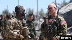در این تصویر دو تن از نیروهای ویژه عملیاتی آمریکا در مرکز فرماندهی یپگ نزدیک مالکیه دیده میشوند؛ آوریل ۲۰۱۷