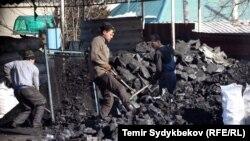 Көмір қаптап жатқан жұмысшылар (Көрнекі сурет).