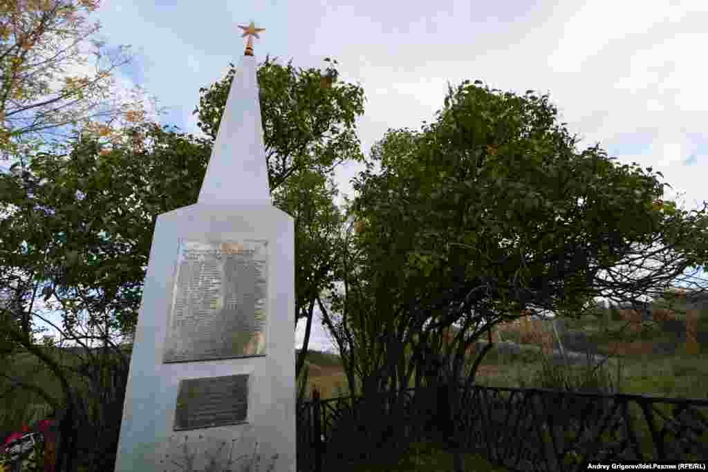 Памятник погибшим воинам Великой Отечественной войны в посёлке Аки. Этот памятник весьма типичен для сельской округи: пригорок, березы, недорогой монумент из стали, клумбы, цветы в которых из года в год высаживают сами жители.
