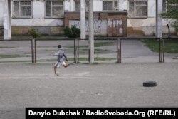 Перед відновленням футбольних змагань в Україні футболом займалися хіба хлоп'ята в дворах, Київ, 24 квітня 2020 року