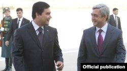 Президент Туркменистана Гурбангулы Бердымухаммедов (слева) приветствует президента Армении Сержа Саргсяна, Ашхабад 24 ноября 2010 г.