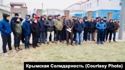 Тарас Малышевский (в центре) после суда в Ростове-на-Дону