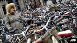 Дания башкаласы Копенһаген үзәгендә йөкле хатын велосипед куярга урын карый