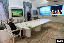 """Видеоконференция Владимира Путина с буровой платформой """"Беркут"""" на Сахалине"""