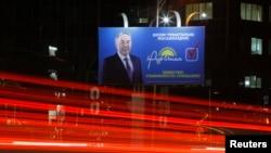 """Билборд партии """"Нур Отан"""" с изображением ее лидера, президента Казахстана Нурсултана Назарбаева. Алматы, 11 марта 2016 года."""