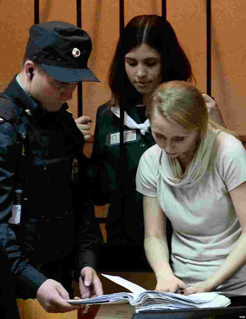 Адвокат Хрунова обратила особое внимание суда на то, что Толоконникова осуждена за ненасильственное преступление. Администрация колонии предоставила положительную характеристику о трудовой деятельности