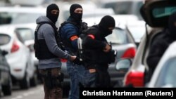 Полицейские проводят спецоперацию в районе Нойдорф после нападения на ярмарку. Страсбург, Франция, 13 декабря 2018 года.