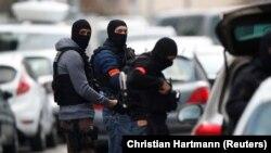 Сотрудники полиции проводят спецоперацию в Страсбурге, 13 декабря 2018 года.