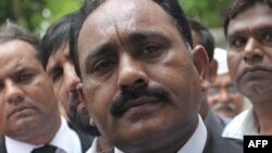 Адвокат Тагір Навід Чаудгрі виступає в Ісламабаді перед пресою після засідання суду 28 серпня 2012 року, на якому оголосили висновки медкомісії