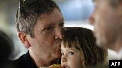 Жан-Мишель Андре забирает дочь Элизу в аэропорту Будапешта.
