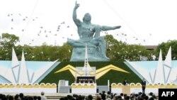 Yaponiya: Naqasaki atom bombası qurbanlarının anım mərasimində havaya ağ göyərçinlər buraxılıb, 9 avqust