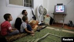 """""""Эркин Сирия"""" армиясынын жоокери Барак Обаманын кайрылуусун көрүп жатат"""