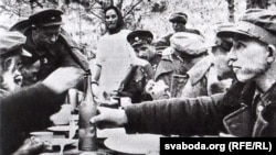 Партызанскае застольле з самагонкаю (з кнігі «Советские партизаны»)