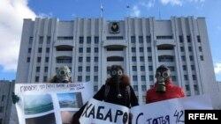 Пикет в противогазах возле правительства Хабаровского каря