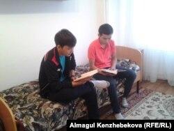 Жатақханаларында отырған студенттер. Алматы, 22 қыркүйек 2015 жыл. (Көрнекі сурет)