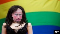 Участники акции протеста против нарушения прав российских геев в Лондоне смастерили куклу с лицом Владимира Путина