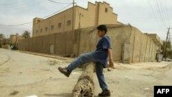 طفل يلعب أمام معبد يهودي مغلق في بغداد